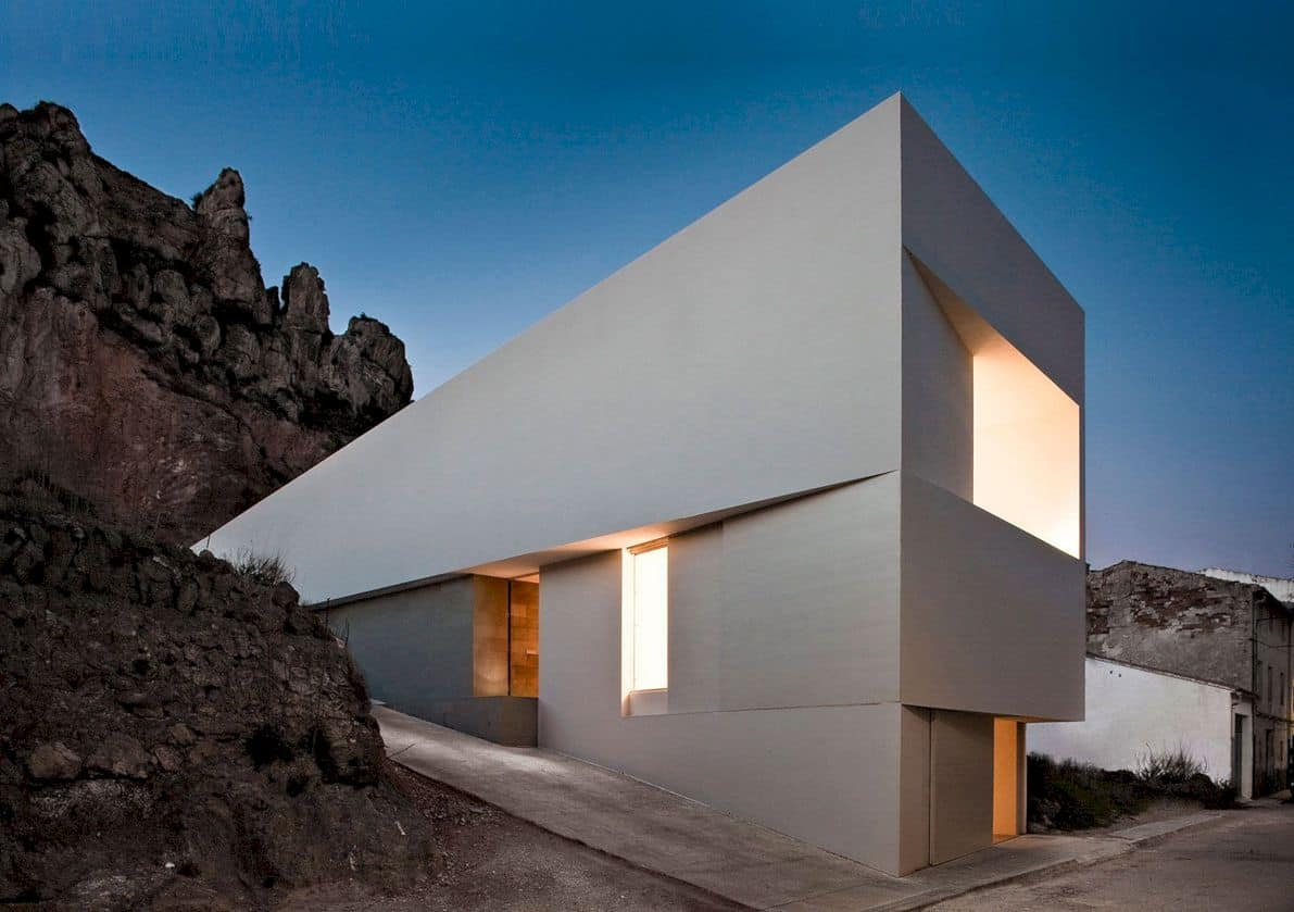 House On Mountainside Overlooked By Castle By Fran Silvestre Arquitectos 5
