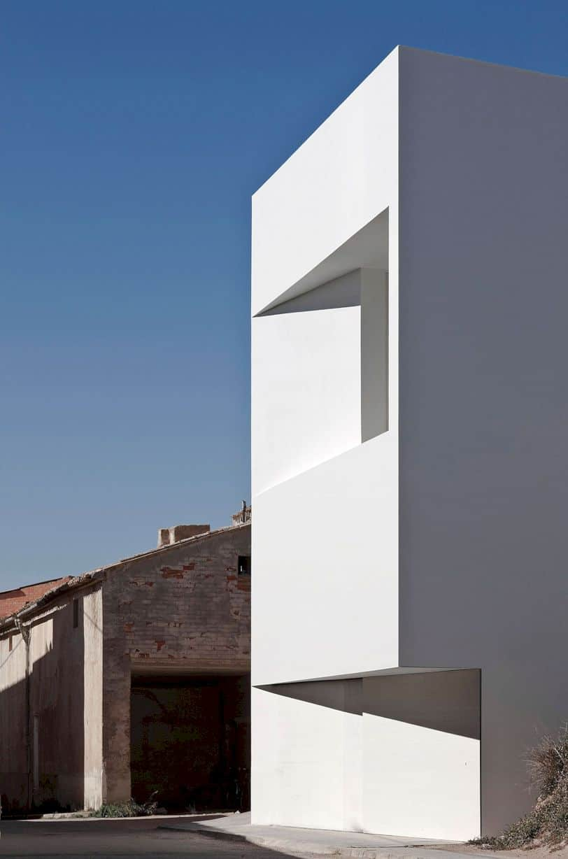 House On Mountainside Overlooked By Castle By Fran Silvestre Arquitectos 7